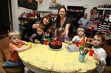 V kavárně Divoké matky teklo proudem dětské šampaňské a dorty šly na dračku.