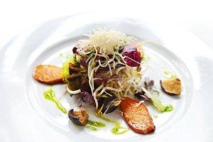 Imunomenu zahrnuje i Salát z naklíčených fazolí Mungo s houbami shitaké a fritovanými rýžovými nudlemi s dresinkem z mladého ječmene a konfitovaným česnekem.