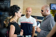Lucie diskutuje s kolegy