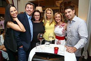 Moderátorské hvězdy TV Prima spolu s Janou Mrákotovou (uprostřed) z tiskového oddělení si večer náramně užily.