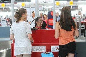 Iva Kubelková překvapila cestující na ruzyňském letišti.