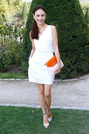 Olga měla krepové šaty Diorette a také doplňky značky Dior