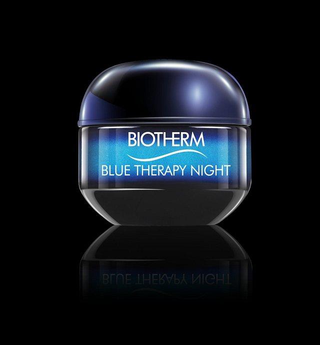 Úžasný noční krém vsobě kombinuje výtažky hned ze dvou super regeneračních mořských řas. Unikátní emulzní textura se okamžitě vstřebá do pokožky a obnovovací proces se tak nastartuje ihned. Blue Therapy Night dokáže bojovat vjednom kroku svráskami, pig