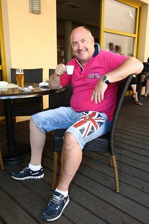 Michal David po loňském zranění kotníku pozoroval sportovní hrátky z bezpečné vzdálenosti.