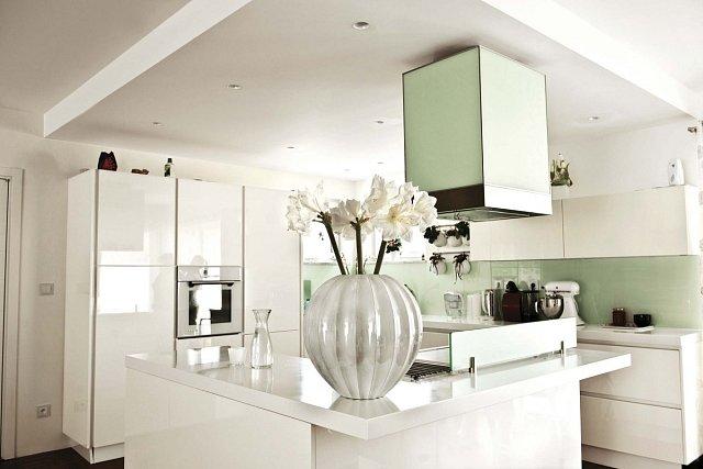 Kuchyni vévodí bílá barva, kterou doplňují tmavé doplňky.