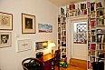 Knihy najdete uložené po celém bytě, poličky nechala herečka vytvořit na míru.