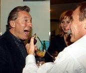 """""""Tahle fotka vznikla před deseti lety. Karel přišel pogratulovat k mým narozeninám. Zazpíval mi O sole mio a aby si neponičil hlasivky, dal jsem mu během zpívání slivovičný obstřik, vzpomíná Pavel Zedníček"""""""