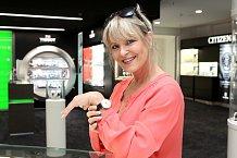 Chantal si udělala radost a pořídila si retro hodinky.