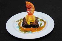 Citrusový sorbet s thajskou bazalkou a čokoládovými brownies na karamelové omáčce s mořskou solí