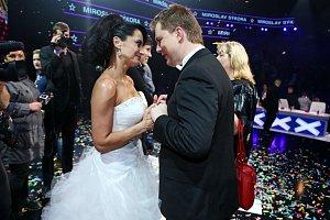 Dojatému Mirovi gratuluje k vítězství neméně dojatá Lucie Bílá.