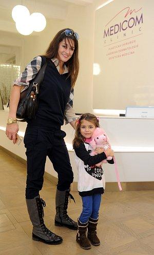 Petra Faltýnová vyrazila s dcerou Adrianou na kliniku, kde jí pomohou od nechtěného tetování.