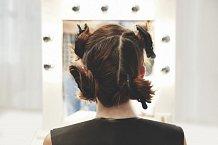 Před barvením se vlasy rozdělí na čtyři skupiny...