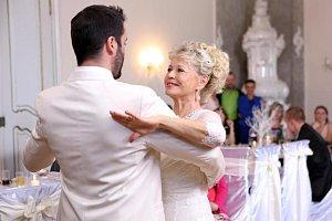 Tanec novomanželů samozřejmě nemohl chybět ani v seriálu.
