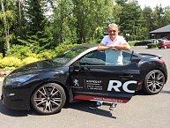 Do Varů přijel sportovním vozem a aby byl in koupil si brýle pilotky.