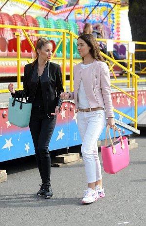 Modelky a jejich kabelky.