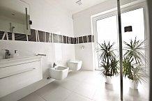 Koupelna pro hosty nabízí výhled rovnou do zahrady.