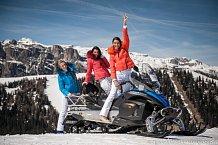 Holky jezdily na sněžném skútru, nejvíc je ale bavilo sáňkování.