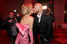Zatímco Marilyn měla na chlapy smůlu, Simona má velké štěstí.