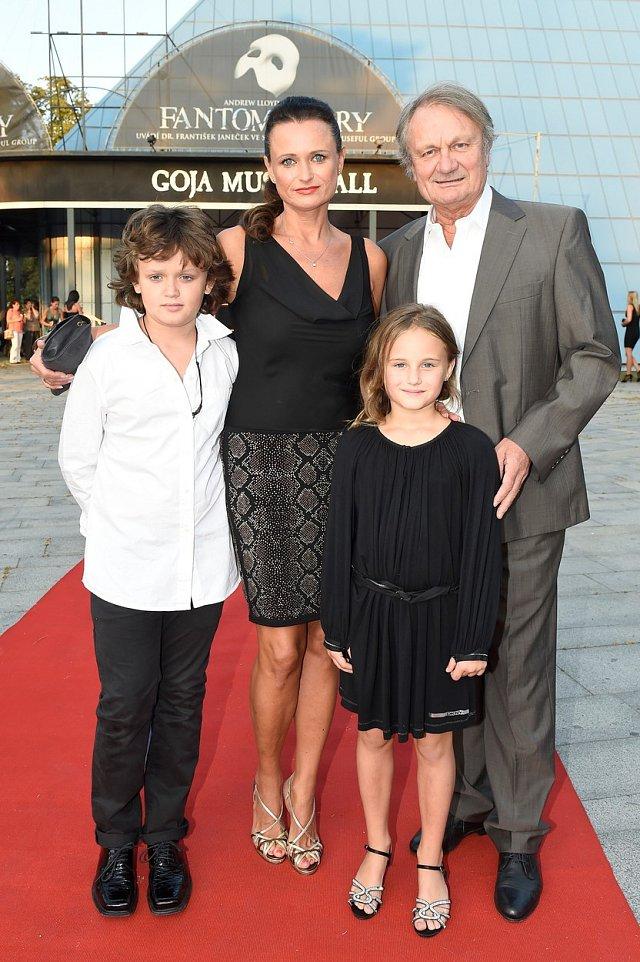 Jana Adamcová a Jiří Adamec s rodinou.