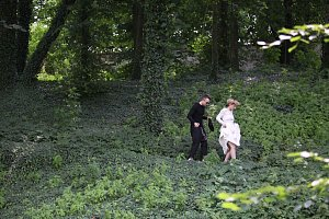 Uprostřed zámeckého lesa se brodí zelení princezna Jitka a fotograf Roman Dietrich.