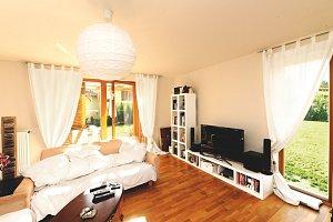 Obývací pokoj je vzdušný a přímo propojený se zahradou.