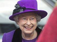 Královna Alžběta nedá bez kloboučku ani ránu
