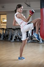 Body Combat – Bezkontaktní, velmi účinný kardio trénink, který kombinuje prvky bojových umění – karate, kicboxu, taekwonda či Muay Thai. Cvičí se samozřejmě na hudbu. Je ideální pro ty, kteří chtějí hodně spalovat; teoreticky by během padesáti pěti minuto