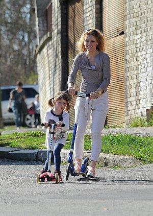S dcerou Aničkou na koloběžce