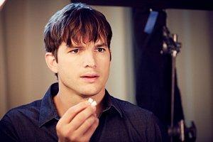 Po Antoniu Banderasovi kývnul na žvýkačkovou reklamu také Ashton Kutcher.