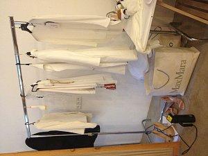 Šaty, které během focení Vendula oblékla, jsou připravené k vyzkoušení.