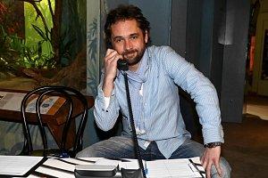Filip Čapka si roli Sváti Pecha v seriálu Cesty domů nemůže vynachválit.