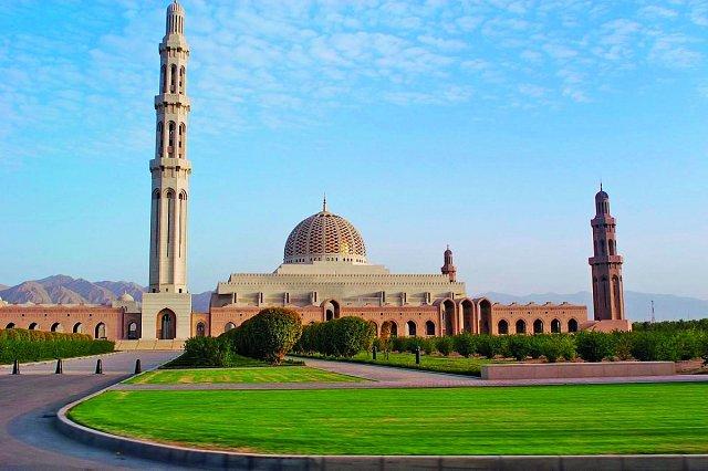 Arabská architektura s typickými minarety a kopulemi má své nezaměnitelné kouzlo.
