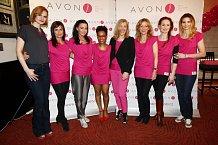 Generální ředitelka Avon pro Česko a Slovensko Andreea Moldovan (v černém saku) s ambasadorkami