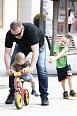 Michal Dvořák učil na kolonádě jezdit syna na kole