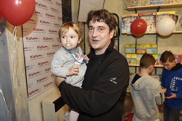 Saša Rašilov s dcerkou.
