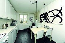 Kuchyně je zařízená v minimalistickém stylu.