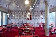 Hotelu dominuje červená barva, jež se objevila i v restauraci.