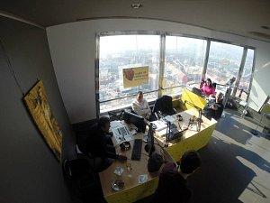 Takhle vypadalo improvizované studio, které vzniklo na jeden den na vysílači
