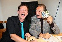 """Aleš Cibulka: """"Mám dvě fotografie a obě jsou z rozhlasového Toboganu, kde bývá Karel pravidelným hostem. Na téhle jsme spolu po vysílání v šatně."""""""