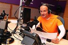 Oblečen v běžeckém odvede Dalibor práci v rádiu