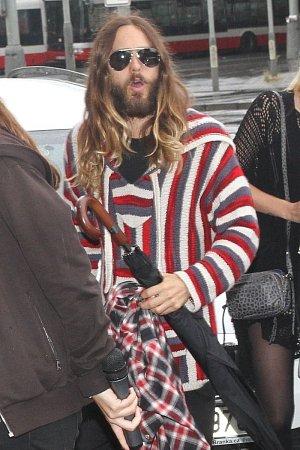 Jared Leto v Praze uvedl svůj dokument a zkrátka nepřišli ani fanoušci jeho kapely.