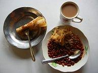 Oběd: placka s fazolemi a čaj s mlékem