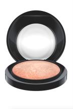Luxusní, sametový pudr Mineralize Skinfinish značky MAC. Měkkou texturu můžete používat jako rozjasňovač na tváře a pod obočí nebo také na celý obličej pro ultra okouzlující vzhled. Cena 820 Kč.