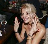 Dara předvedla svoje prsteny. Levou ruku by měl zdobit zásnubní.