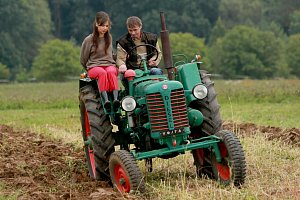 Adriana Neubauerová s Jiřím Dvořákem si zkusili i jízdu na traktoru.