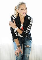 Mikina Firebird a tričko Trefoil Diamond utváří Dařin jedinečný styl.