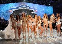 Modelky byly samozřejmě oblečeny úsporněji, než zpěvačka...