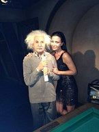 Také Albert Einstein se tvářil, jako by byl z vosku...