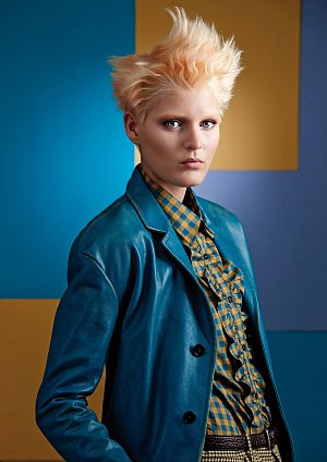 Hladce sčesané vlasy směrem dozadu vpečlivě upraveném a až lehce přísném stylu se rázem mění v rebelský jakoby pomačkaný a nahoru vyčesaný účes.
