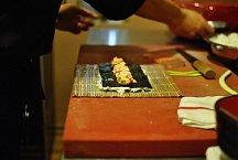 Vezměte si 3 sushi rohože, které zabalte do fólie, poté je vytřete (jen tence, spíš až do sucha) křepelčí majonézou. Na 3 půlky řasy nori (na 3 rohožích) postupně rozprostřete na řasu rýži, vrstva má být tak 3-4 mm silná s3mm přesahem nad řasu.